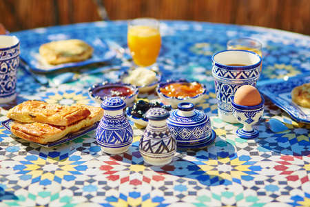 maroc: Delicious breakfast in Moroccan style served in riad (traditional Moroccan hotel)