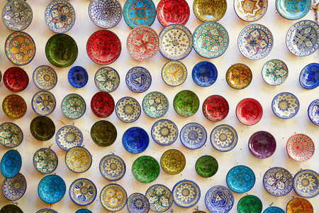 maroc: Selection of traditional ceramics on Moroccan market (souk) in Fes, Morocco