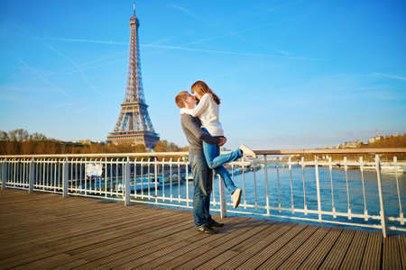parejas romanticas: Romántica pareja se divierte cerca de la torre Eifel y besos