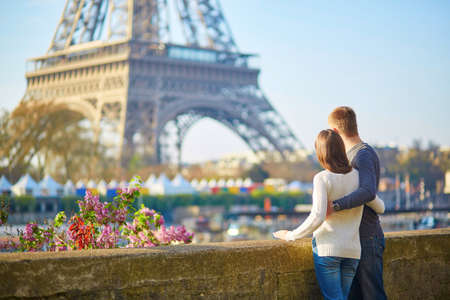 Young romantic couple in Paris having fun near the Eiffel tower Banco de Imagens