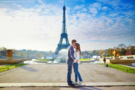 Joven pareja romántica en París divertirse cerca de la torre Eiffel Foto de archivo