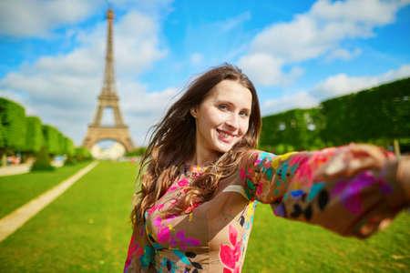 에펠 탑 (Eiffel Tower)에서 여자 관광 미소와 여행 셀카 만들기. 프랑스 파리에서 휴가를 즐기고 아름 다운 유럽 여자