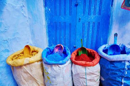 Medina의 Chefchaouen, 모로코, 북서쪽 모로코의 작은 마을에서 파란 건물로 알려진 거리에 판매를위한 착색제