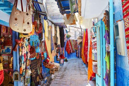 シャウエン、モロッコの青い建物の知られている北西のモロッコの小さな町のストリート マーケット