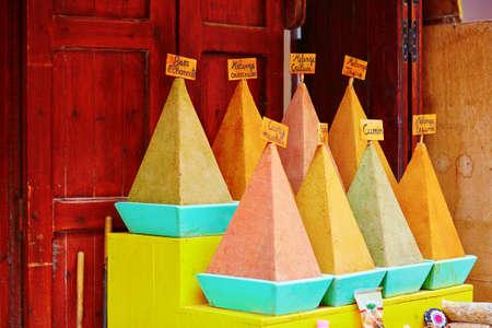 epices: S�lection d'�pices sur un march� marocain traditionnel (souk) � Essaouira, Maroc