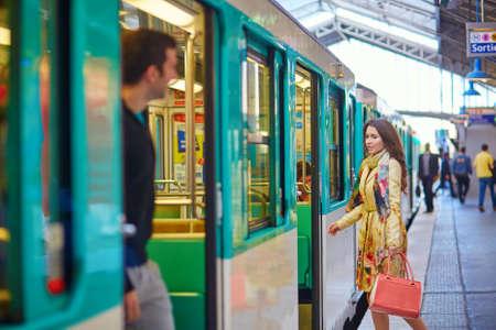 plataforma: Mujer hermosa joven parisina en una estaci�n de metro, corriendo para coger su tren en la plataforma