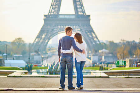 romantico: Pareja romántica hermosa en París, cerca de la torre Eiffel
