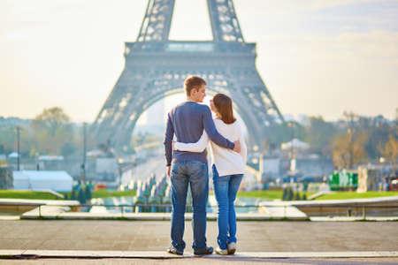 romantyczny: Piękna romantyczna para w Paryżu w pobliżu wieży Eiffla Zdjęcie Seryjne