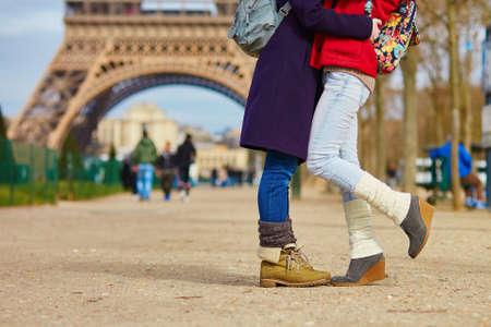 lesbianas: Detalle de las piernas femeninas, dos muchachas que abrazan en la calle en París, del mismo sexo relación de conceptos