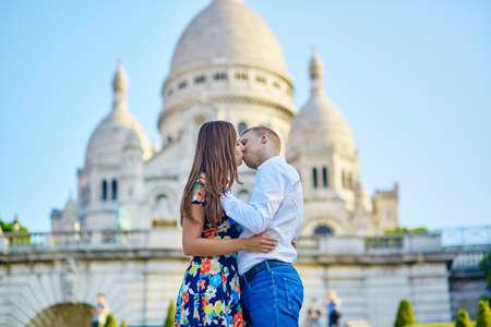 baiser amoureux: Couple romantique baiser coté de la cathédrale Sacré-Coeur à Montmartre, Paris Banque d'images