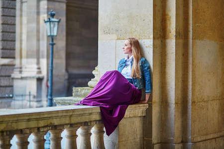 femme romantique: Jeune femme romantique sur une rue parisienne