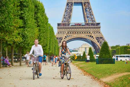 bicicleta: Pareja romántica montar en bicicleta cerca de la torre Eiffel en París Foto de archivo