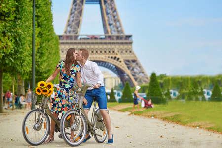 パリのエッフェル塔近くの自転車に乗ってロマンチックなカップル