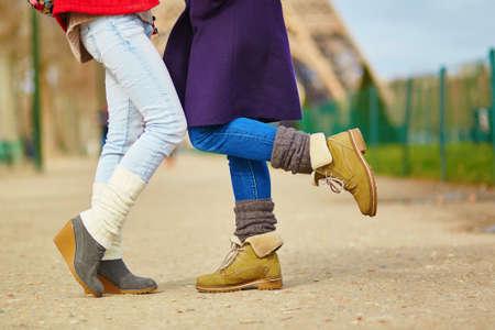 amor gay: Detalle de las piernas femeninas, dos muchachas que abrazan en la calle en Par�s, del mismo sexo relaci�n de conceptos