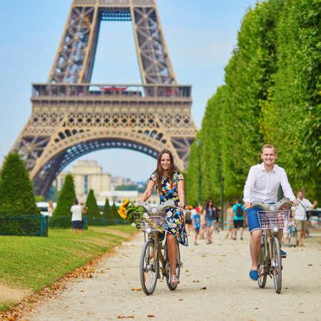Romantisch paar fietsen in de buurt van de Eiffeltoren in Parijs Stockfoto