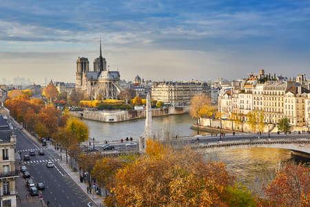 Vista panorámica de Notre-Dame de París, con Saint-Louis y Cite islas en un día brillante de la caída Foto de archivo - 42734732