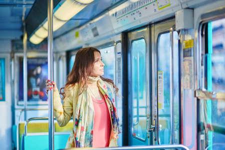 아름 다운 젊은 여자 파리 지하철 열차 여행 스톡 콘텐츠