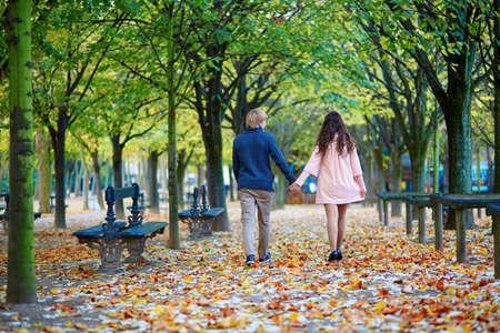 romantico: Joven pareja romántica en París, disfrutando de hermoso día de otoño en el jardín de Luxemburgo
