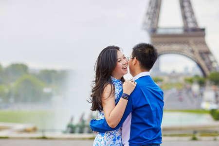 niñas chinas: Joven pareja asiática romántica en Trocadero punto de vista cerca de la torre Eiffel en París, Francia Foto de archivo