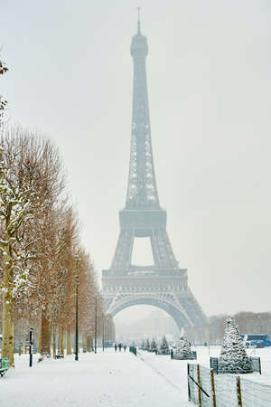 champ: Rare snowy day in Paris. Misty Eiffel Tower, Champ de Mars and lots of snow Stock Photo