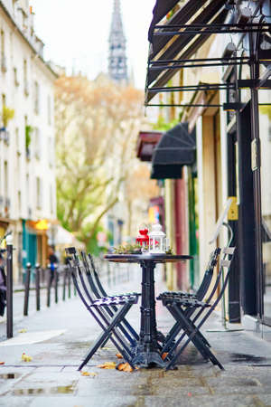 Tables of a Parisian outdoor cafe decorated for Christmas Imagens