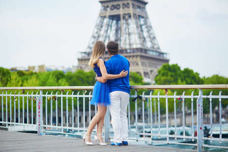 la tour eiffel: Beautiful young dating couple in Paris looking at the Eiffel tower