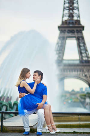 la tour eiffel: Beautiful young dating couple in Paris near the Eiffel tower