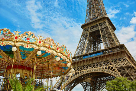 la tour eiffel: Eiffel tower and traditional French merry-go-round