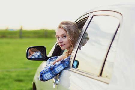 chofer: Conductor joven hermosa mirando por la ventanilla del coche