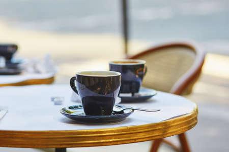 Kopjes koffie in een openlucht Parijse cafe