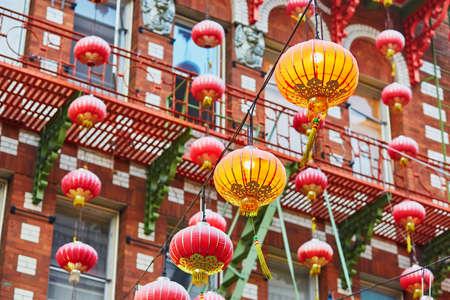 Hermosas linternas chinas rojas en el barrio chino de San Francisco, California, EE.UU. Foto de archivo - 48517969