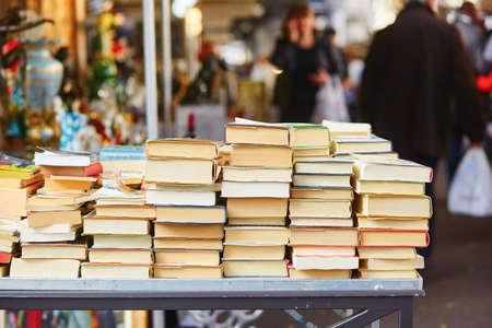 Oude boeken op een Parijse vlooienmarkt Stockfoto