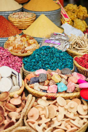 safran: Selection of spices on a traditional Moroccan market (souk) in Marrakech, Morocco Stock Photo