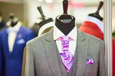 Le costume de mariage de marié avec une cravate mauve sur un mannequin
