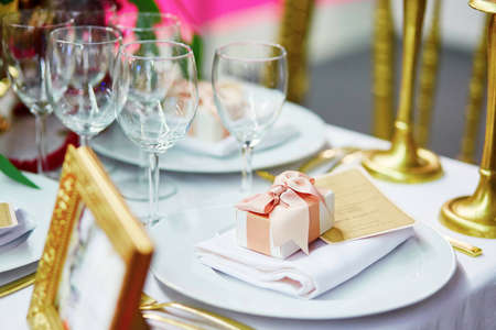 compliment: Table set for an event with a compliment for guests Stock Photo