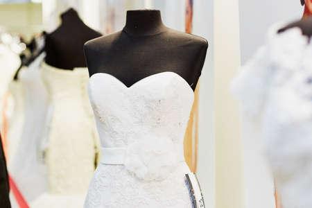 mannequin: Belles robes de mariage décoré avec dentelle sur des mannequins