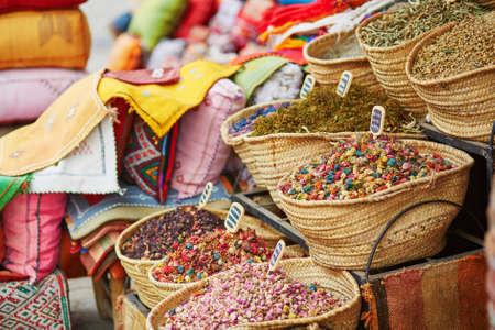 Selectie van kruiden en droge bloemen op een traditionele Marokkaanse markt (souk) in Marrakech, Marokko Stockfoto
