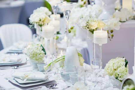 decoracion mesas: Hermosa mesa con velas y flores para una recepción festiva evento, fiesta o una boda Foto de archivo