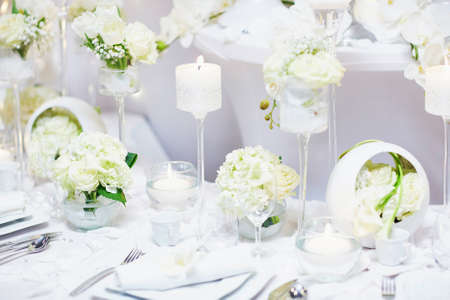 Schöne Tisch mit Kerzen und Blumen für eine festliche Veranstaltung, Party oder Hochzeit Empfang Standard-Bild - 52938614