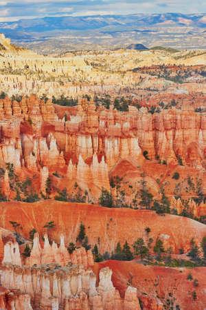sedentario: Vista panorámica de las formaciones de roca coloridas en el Parque Nacional Bryce Canyon, Utah, EE.UU.