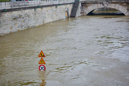 洪水パリは、セーヌ川の非常に高い水の道路標識は水で覆われて。 写真素材 - 58824383