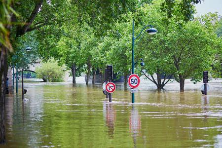 Inundación en París, extremadamente alta de agua en el río Sena, señales de tráfico cubiertas de agua Foto de archivo - 58824493
