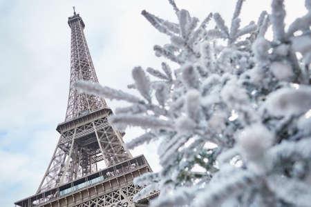 Kerstboom bedekt met sneeuw in de buurt van de Eiffeltoren in Parijs, Frankrijk Stockfoto