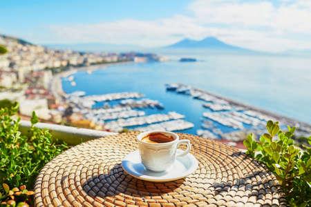 Taza de café espresso fresco en un café con vista sobre el montaje Vesuvio en Nápoles, Campania, sur de Italia Foto de archivo