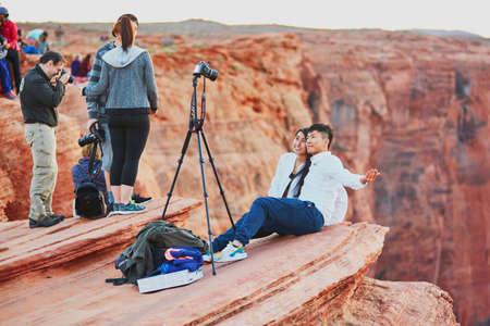 25 OKTOBER 2015 - HORSESHOE-BEND: Toeristen nemen foto op de afgrond van Horseshoe Bend, in de Colorado Canyon, Arizona, VS