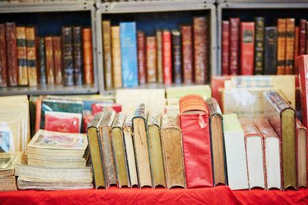 Beaucoup de vieux livres sur un marché aux puces à Paris, en France