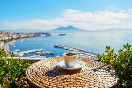 ナポリ, カンパニア州、南イタリアのヴェスヴィオ山を望むカフェで新鮮なエスプレッソのカップ