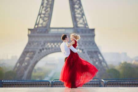 Hermosa pareja romántica bailando delante de la Torre Eiffel en París, Francia Foto de archivo - 75612218