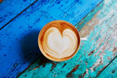 カプチーノ色鮮やかな緑と青のカフェのテーブルにコーヒーの大きなカップ 写真素材