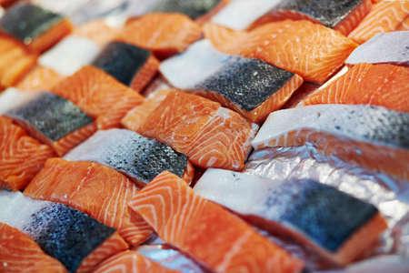 Delicioso salmón en el mercado de agricultores en París, Francia Foto de archivo - 77295950